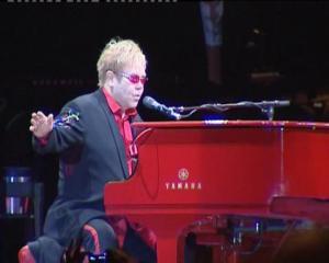 Elton-John-piano-rojo-aterrizan-Barcelona